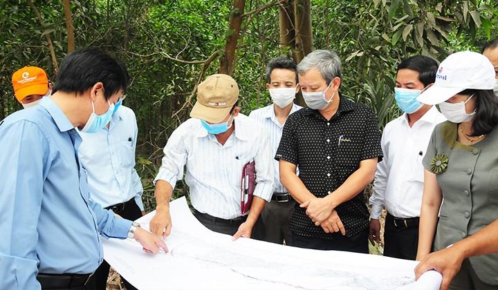 Bí thư Tỉnh uỷ tỉnh Thừa Thiên - Huế Lê Trường Lưu (áo đen) kiểm tra công tác giải phóng mặt bằng dự án cao tốc Cam Lộ - La Sơn