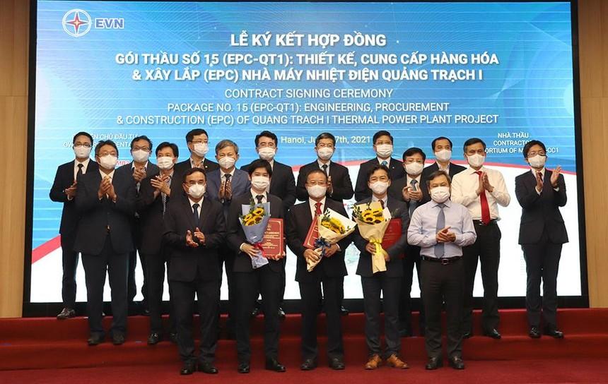 Lãnh đạo tỉnh Quảng Bình và lãnh đạo EVN tặng hoa chúc mừng Ban QLDA Điện 2 và liên danh nhà thầu