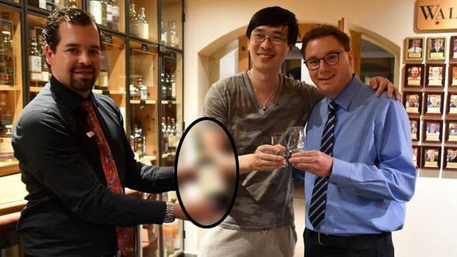 """Nhà văn Zhang Wei (đứng giữa) tốn 10.000 USD để mua một ly rượu """"dỏm"""" tại khách sạn Waldhaus am See, Thụy Sĩ. (Nguồn: AFP/ Getty)"""