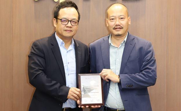 Ông Lê Xuân Vũ – Thành viên Ban điều hành, Giám đốc Khối Khách hàng cá nhân MB và ông Nguyễn Đức Huy - Phó giám đốc Khối Ngân hàng số MB đại diện nhận giải thưởng