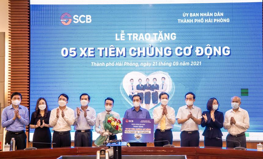 Ông Kiều Quang Vinh, Giám đốc Vùng 11 của SCB, đã đại diện SCB trao tặng 5 xe tiêm chủng cơ động cho đại diện Chính quyền thành phố Hải Phòng.