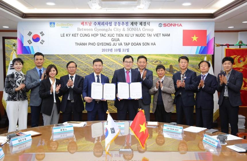 Thị trưởng TP. Gyeongju (Hàn Quốc) và Chủ tịch Tập đoàn Sơn Hà ký hợp đồng chuyển giao công nghệ nước