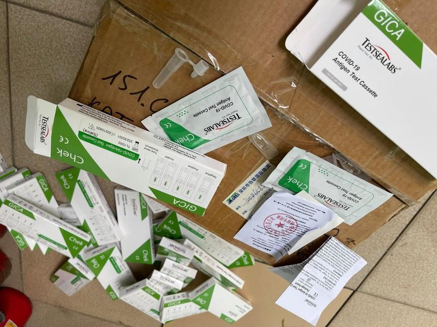 """29 hộp Test thử nhanh COVID-19 nhãn """"Testsealabs COVID-19 Antigen Test Cassetle"""" không rõ nguồn gốc bị thu giữ."""