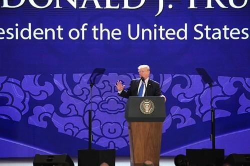 Ông Trump sử dụng hai máy nhắc chữ khi phát biểu tại APEC