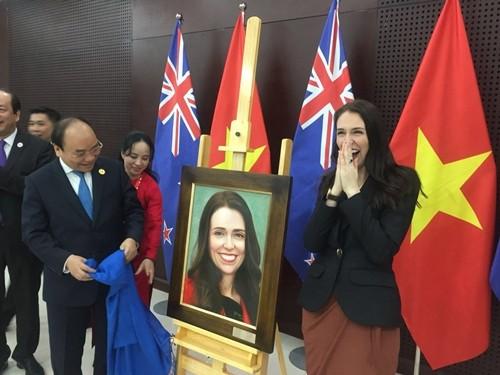 Món quà Thủ tướng Nguyễn Xuân Phúc tặng Thủ tướng New Zealand