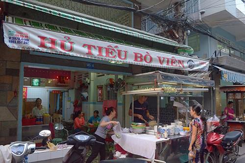 Tiệm mì bán từ 15h30 đến tối mịt, có nồi nước lèo lúc nào cũng toả khói. Ảnh: Phong Vinh.