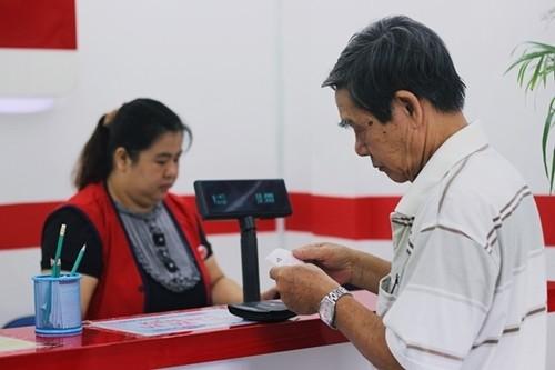 Cụ già mua vé số tại điểm bán hàng trên đường Dương Bá Trạc (quận 8).