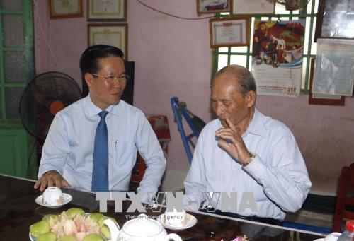 Đồng chí Võ Văn Thưởng thăm, chúc Tết Nghệ nhân Trần Mộng. Ảnh: TTXVN