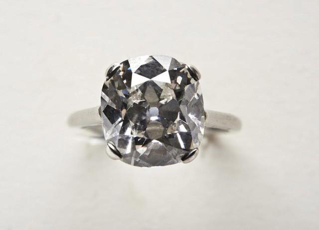 Chiếc nhẫn được đính viên kim cương khoảng 4 carat và hầu như không có nhược điểm. (Nguồn: SWNS)