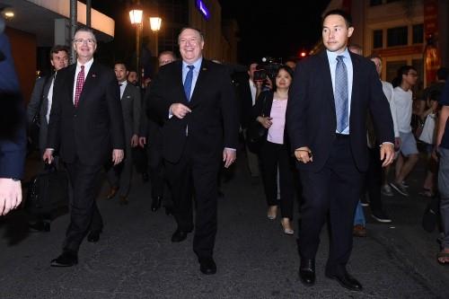 Ngoại trưởng Mỹ Pompeo (hàng đầu, giữa) đi cùng Đại sứ Mỹ tại Việt Nam Kritenbrink (hàng đầu, trái). Ảnh: Giang Huy.