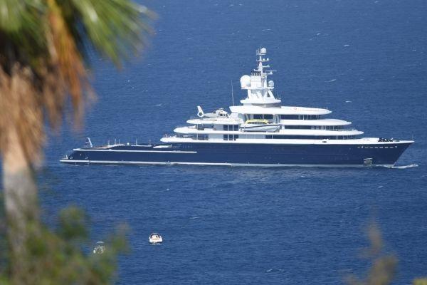 Siêu du thuyền Luna có chín tầng, hai sân bay trực thăng, một phòng spa, hồ bơi, và có một đoàn thủy thủ khoảng 50 người. (Nguồn: CNBC).