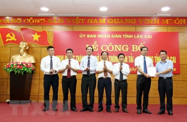 Ông Nguyễn Văn Vịnh (phải), Bí Thư tỉnh ủy Lào Cai, trao quyết định thành lập Sở Giao thông Vận tải và Xây dựng tỉnh Lào Cai. (Ảnh: Quốc Khánh/TTXVN).