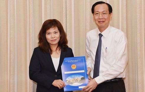 Phó Chủ tịch Thường trực UBND TPHCM trao quyết định cho bà Huỳnh Thị Thanh Hiền. Ảnh SGGP.
