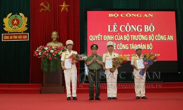 Thứ trưởng Bùi Văn Nam trao quyết định và tặng hoa chúc mừng các đồng chí được Bộ trưởng Bộ Công an bổ nhiệm.