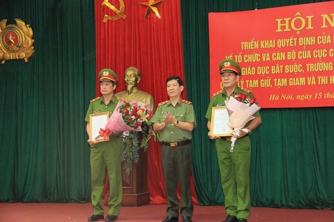 Thứ trưởng Nguyễn Văn Sơn trao quyết định của Bộ trưởng Bộ Công an cho 2 đồng chí Cục trưởng C10 và C11. Ảnh CAND.