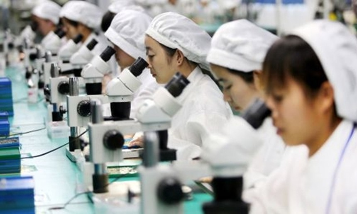 Công nhân Trung Quốc trong một nhà máy sản xuất điện thoại tại An Huy. Ảnh: AFP.
