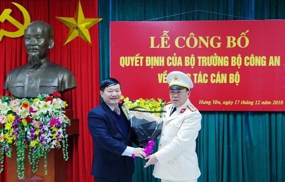 Chủ tịch UBND tỉnh Hưng Yên Nguyễn Văn Phóng chúc mừng Đại tá Nguyễn Xuân Hồng.