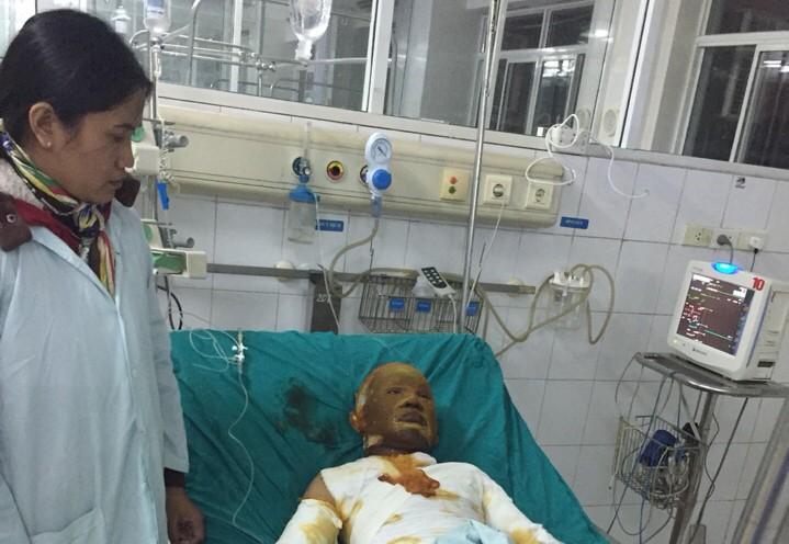 Chị Hợi đang chăm sóc cháu Tuấn trong bệnh viện.