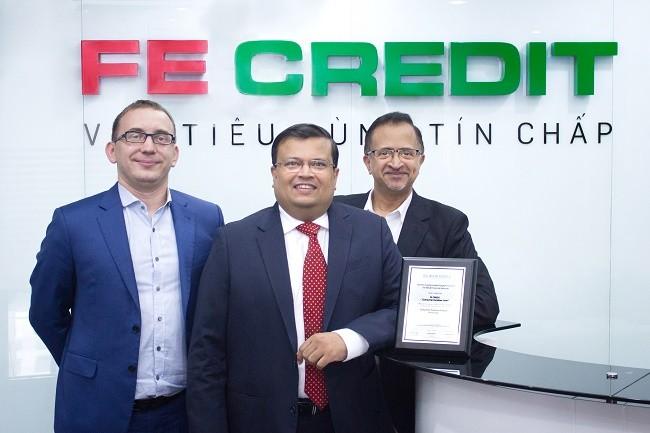 CEO và các Giám đốc của FE CREDIT vui mừng nhận giải thưởng uy tín từ The Asian Banker.