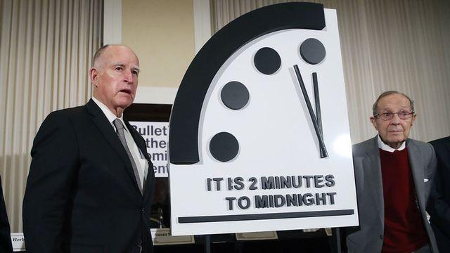 Đồng hồ ngày tận thế chỉ còn 2 phút nữa điểm nửa đêm. (Ảnh: AFP).