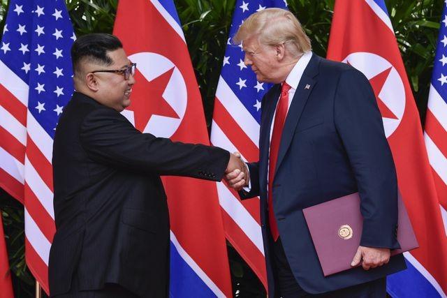 Tổng thống Donald Trump bắt tay nhà lãnh đạo Kim Jong-un trong cuộc gặp tại Singapore năm 2018. (Ảnh: Reuters).