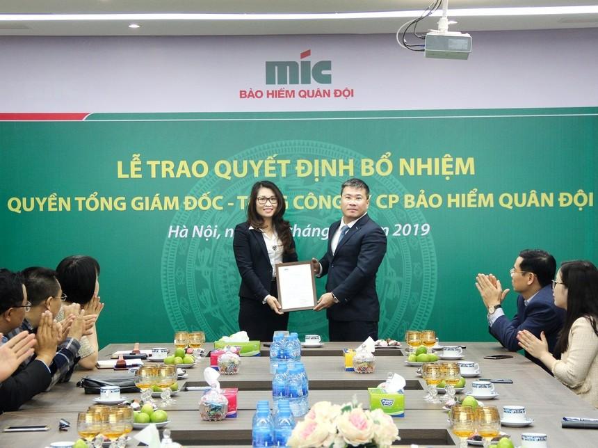Ông Uông Đông Hưng - Chủ tịch HĐQT Tổng công ty cổ phần Bảo hiểm Quân đội trao Quyết định bổ nhiệm Bà Nguyễn Thị Hải Yến.