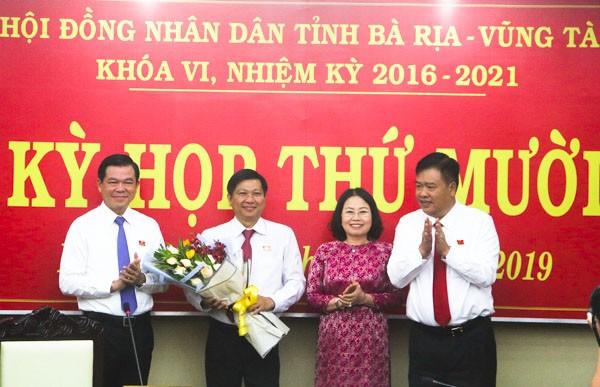 Lãnh đạo tỉnh Bà Rịa - Vũng Tàu chúc mừng đồng chí Trần Văn Tuấn.