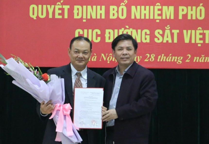 Bộ trưởng Nguyễn Văn Thể trao quyết định bổ nhiệm cho đồng chí Dương Hồng Anh.