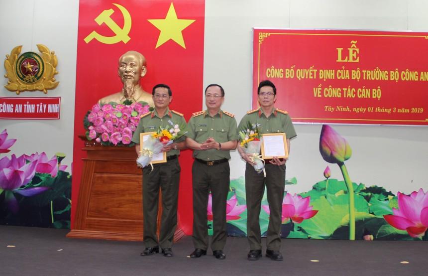 Thứ trưởng Nguyễn Văn Thành trao quyết định và chúc mừng Đại tá Nguyễn Tri Phương, Đại tá Nguyễn Văn Trãi.