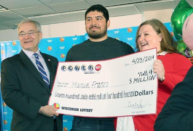 Franco và gia đình đi nhận giải độc đắc lớn thứ 3 trong lịch sử xổ số Hoa Kỳ. (Nguồn: Wisconsin Lottery).