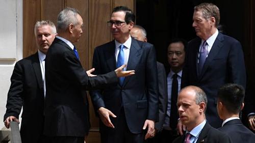 Ông Lưu Hạc nói chuyện với ông Mnuchin và Lighthizer khi rời đi. Ảnh: Reuters.