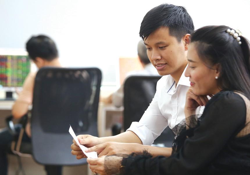 Thời gian, chuyên môn, kiến thức và kinh nghiệm là những lợi thế của môi giới chứng khoán để thuyết phục nhà đầu tư.