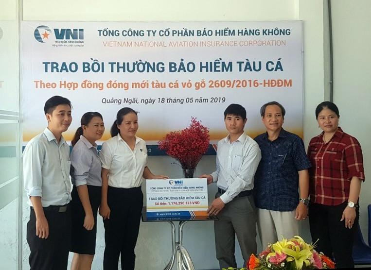 Bà Hà Thị Thu Trang - Giám đốc VNI Quảng Ngãi trao số tiền bồi thường tàu cá cho chủ tàu Võ Văn Dũng.