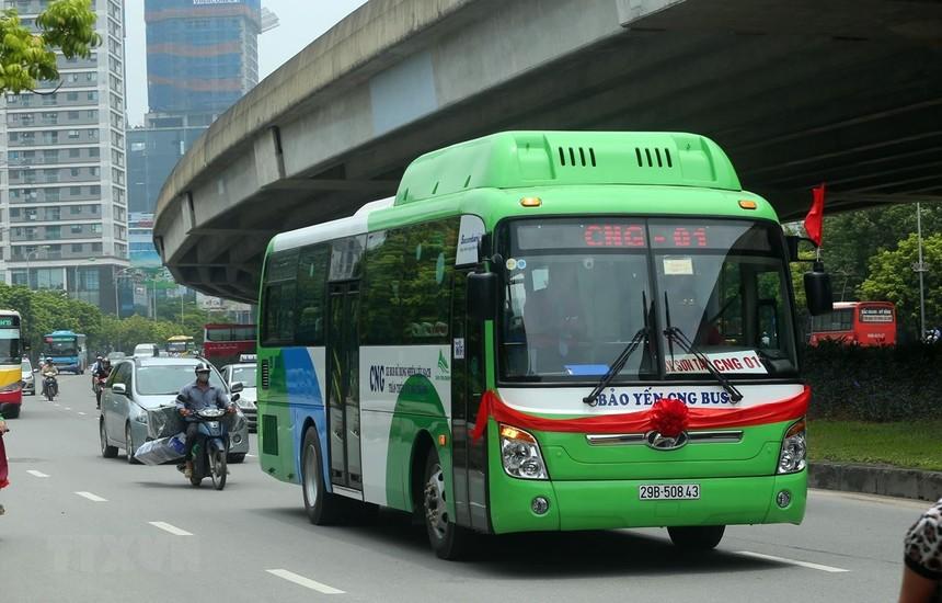 Xe buýt sử dụng khí CNG di chuyển trên đường. (Ảnh: Huy Hùng/TTXVN).