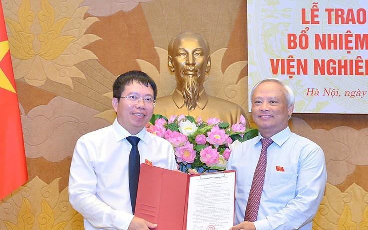 Phó Chủ tịch Quốc hội Uông Chu Lưu trao Nghị quyết của Ủy ban Thường vụ Quốc hội cho ông Nguyễn Văn Hiển.