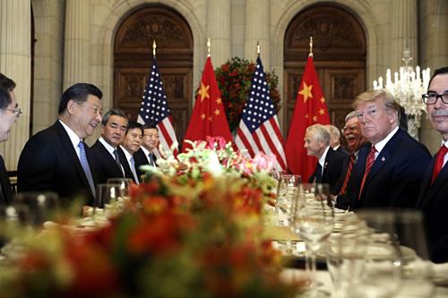 Chủ tịch Trung Quốc Tập Cận Bình và Tổng thống Mỹ Donald Trump trong cuộc gặp tại G20 năm ngoái. Ảnh: AP.