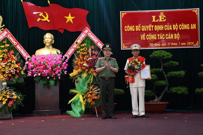 Thượng tướng Nguyễn Văn Thành, Thứ trưởng Bộ Công an trao quyết định bổ nhiệm Giám đốc Công an tỉnh Tiền Giang cho Đại tá Nguyễn Văn Nhựt.