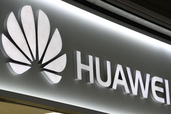 Logo Huawei được trưng bày tại Osaka vào tháng 5. Ảnh: Kyodo.