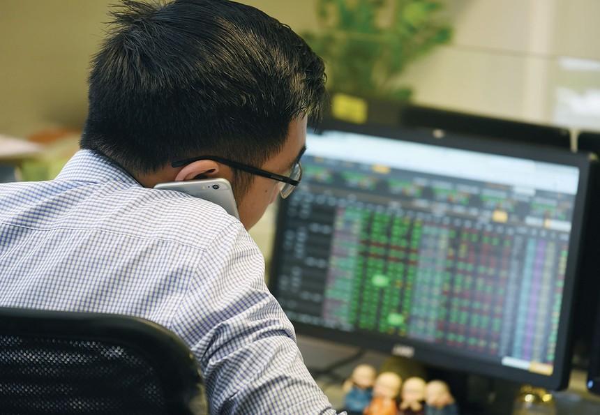 Chứng khoán đi ngang, không chỉ nhà đầu tư gặp khó.