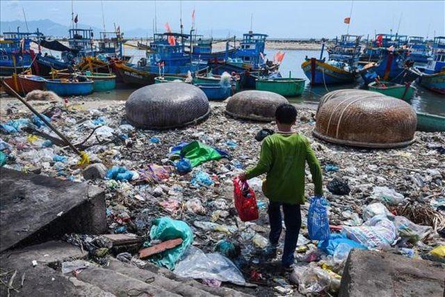 Việt Nam có nguy cơ thành bãi rác nhựa của thế giới vì lượng nhựa phế liệu nhập tăng mạnh.