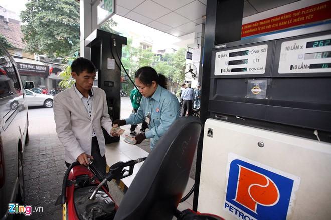 Đây là lần giảm giá xăng thứ tư liên tiếp. Ảnh: Việt Linh.