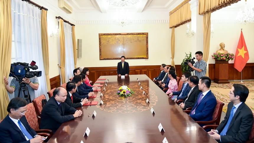 Toàn cảnh lễ trao Quyết định cho 6 tân Đại sứ. Ảnh: VGP.