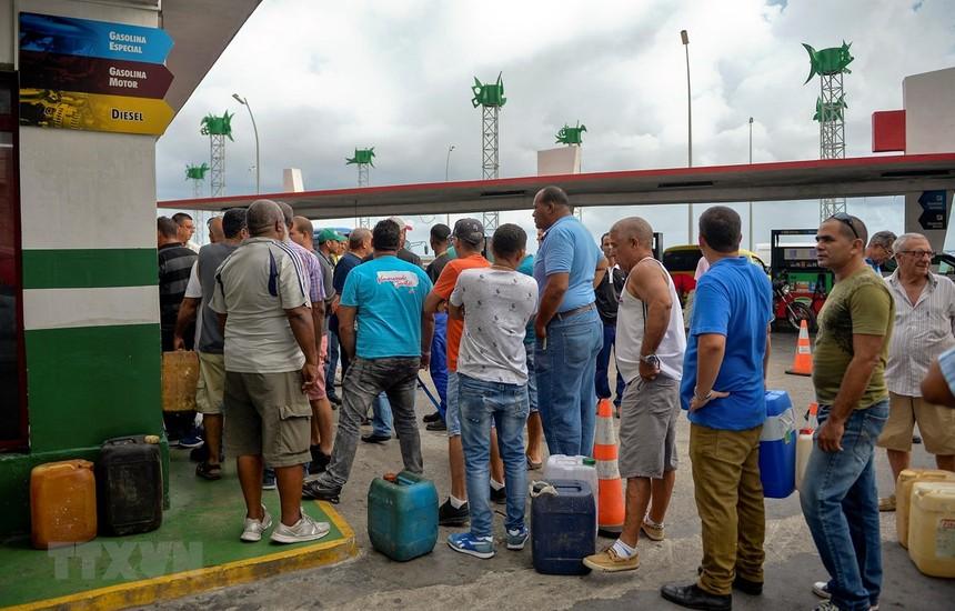 Người dân xếp hàng chờ mua xăng tại trạm xăng ở La Habana, Cuba, ngày 12/9/2019. (Ảnh: AFP/ TTXVN).
