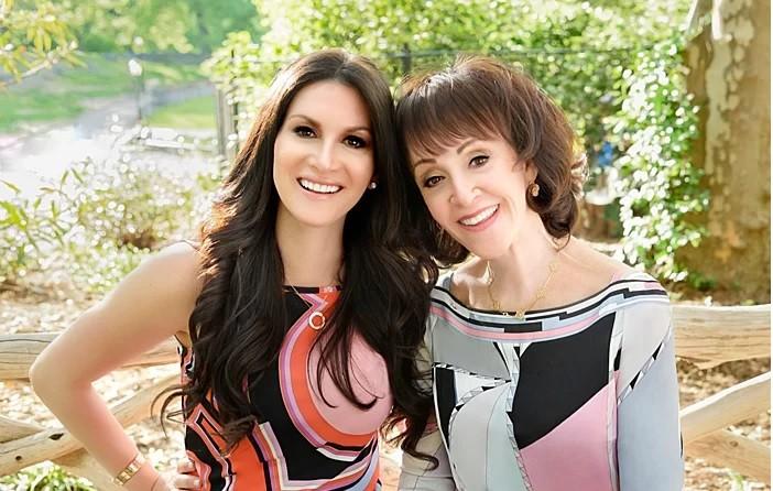 Hai chuyên gia mai mối Carly và mẹ Janis (từ trái qua). Ảnh: Businessinsider.
