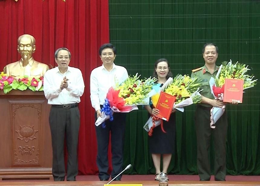 Bí thư Tỉnh ủy Quảng Bình Hoàng Đăng Quang trao quyết định của Ban Bí thư Trung ương Đảng chuẩn y, chỉ định 3 đồng chí tham gia Ban Chấp hành, Ban Thường vụ Tỉnh ủy Quảng Bình.