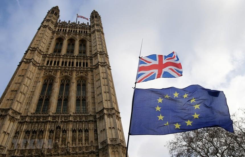 Ảnh tư liệu: Quốc kỳ Anh (phía trên) và cờ Liên minh châu Âu (phía dưới) bên ngoài tòa nhà Quốc hội Anh ở London. (Nguồn: THX/TTXVN).