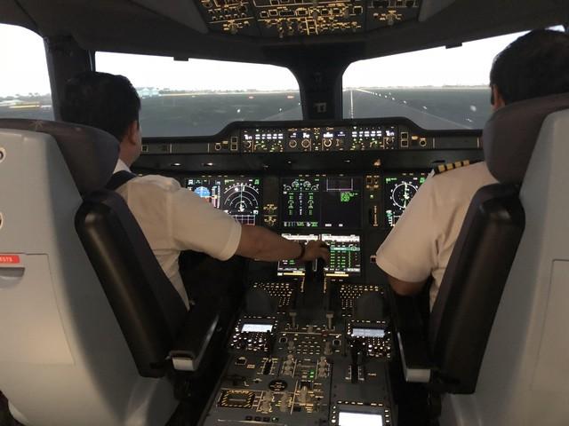 Giám sát viên bay là những phi công cơ trưởng giàu kinh nghiệm, có số giờ bay tích lũy tối thiểu 10.000 giờ.