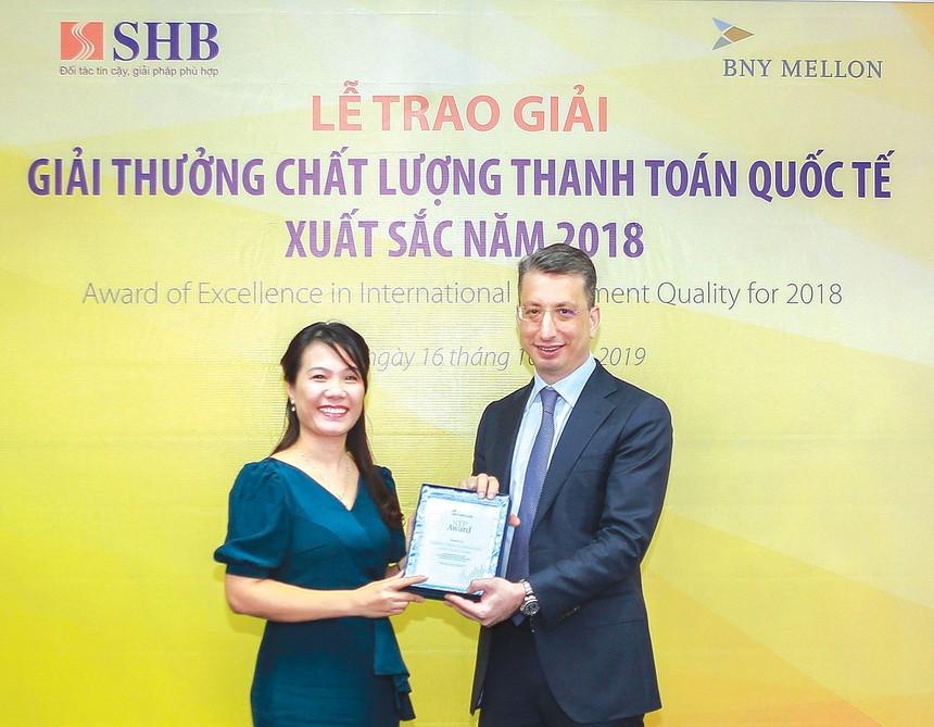 Bà Ninh Thị Lan Phương, Phó tổng giám đốc - đại diện SHB nhận giải thưởng chất lượng thanh toán quốc tế STP Award do BNY Mellon trao tặng.