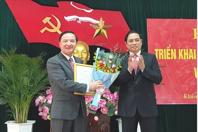 Đồng chí Phạm Minh Chính trao quyết định và chúc mừng đồng chí Nguyễn Khắc Định.