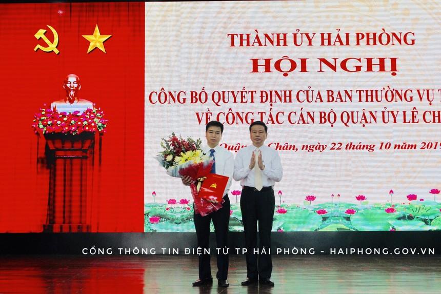 Đồng chí Phạm Văn Hà, Ủy viên Ban Thường vụ Thành ủy, Trưởng Ban Tổ chức Thành ủy trao Quyết định và tặng hoa chúc mừng đồng chí Phạm Văn Tân.